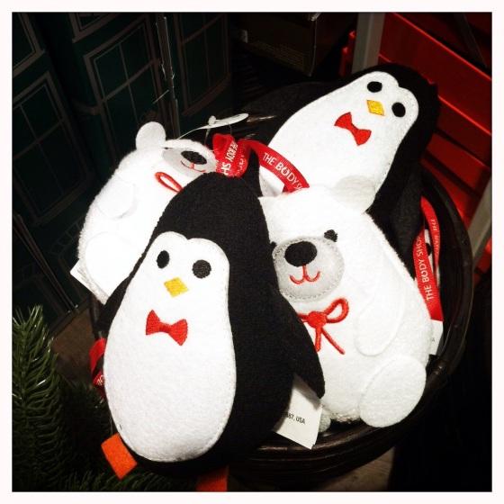 Oemotståndliga pingviner och isbjörnar (badsvampar) i en inbjudande skål!